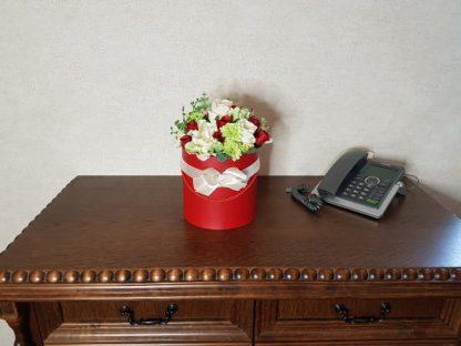 czerwone i białe róże w pudełku - wzór 42 - zdj. 10